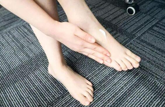 去角质足膜的正确方法
